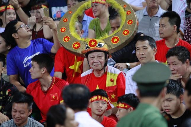 Người hâm mộ 'nhuộm đỏ' đại lộ Hùng Vương đón U23 Việt Nam ảnh 20
