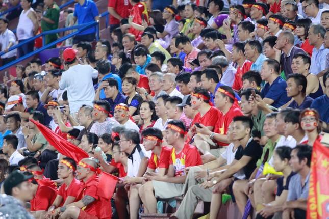 Người hâm mộ 'nhuộm đỏ' đại lộ Hùng Vương đón U23 Việt Nam ảnh 18