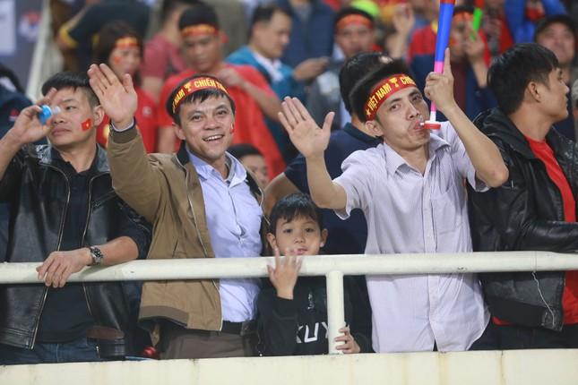 Người hâm mộ 'nhuộm đỏ' đại lộ Hùng Vương đón U23 Việt Nam ảnh 16