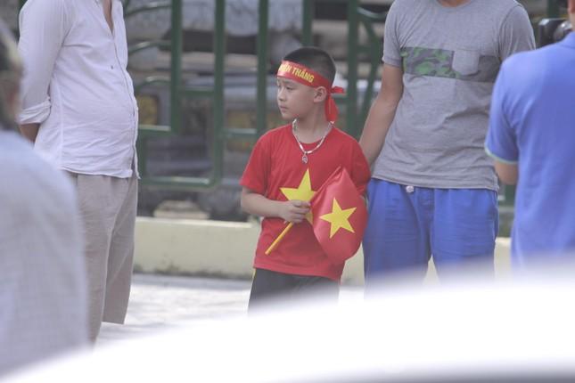 Người hâm mộ 'nhuộm đỏ' đại lộ Hùng Vương đón U23 Việt Nam ảnh 5