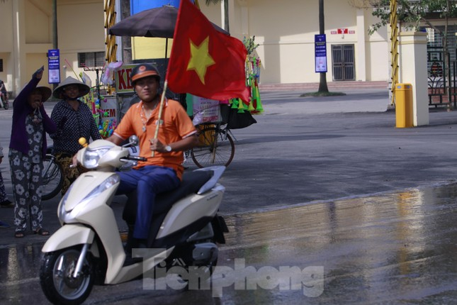 Người hâm mộ 'nhuộm đỏ' đại lộ Hùng Vương đón U23 Việt Nam ảnh 6
