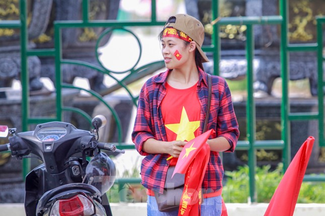 Người hâm mộ 'nhuộm đỏ' đại lộ Hùng Vương đón U23 Việt Nam ảnh 11