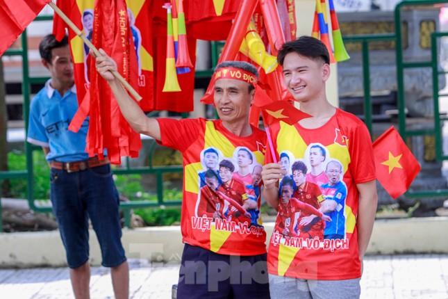 Người hâm mộ 'nhuộm đỏ' đại lộ Hùng Vương đón U23 Việt Nam ảnh 14