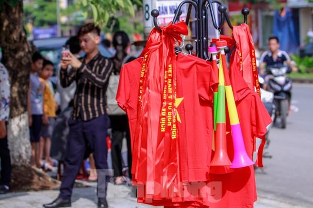 Người hâm mộ 'nhuộm đỏ' đại lộ Hùng Vương đón U23 Việt Nam ảnh 15