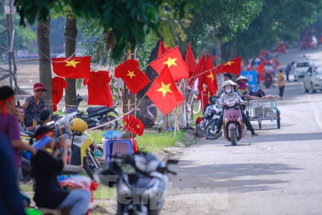 Người hâm mộ 'nhuộm đỏ' đại lộ Hùng Vương đón U23 Việt Nam ảnh 1