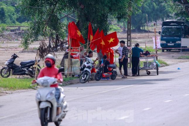Người hâm mộ 'nhuộm đỏ' đại lộ Hùng Vương đón U23 Việt Nam ảnh 2