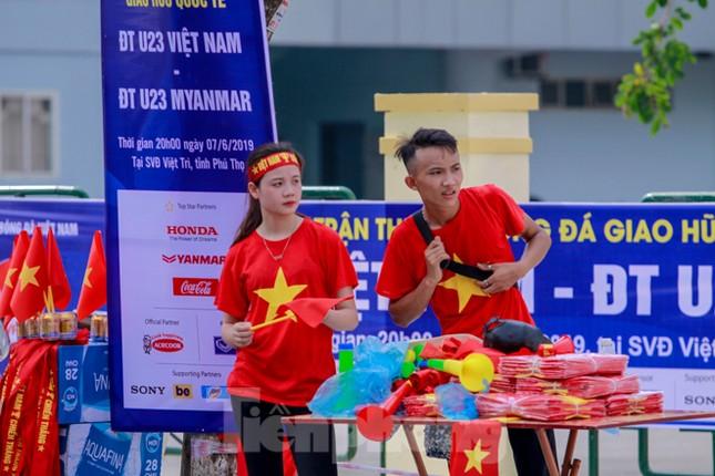 Người hâm mộ 'nhuộm đỏ' đại lộ Hùng Vương đón U23 Việt Nam ảnh 7