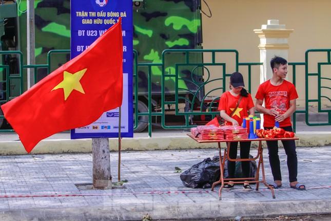 Người hâm mộ 'nhuộm đỏ' đại lộ Hùng Vương đón U23 Việt Nam ảnh 8