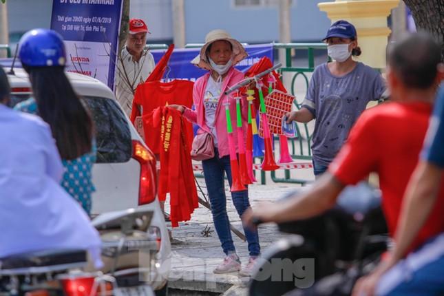Người hâm mộ 'nhuộm đỏ' đại lộ Hùng Vương đón U23 Việt Nam ảnh 9