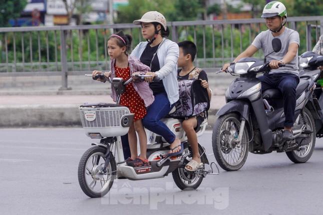 Xe đạp điện phóng như xe máy trên đường phố Hà Nội ảnh 4