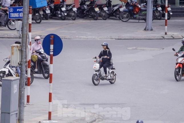 Xe đạp điện phóng như xe máy trên đường phố Hà Nội ảnh 10