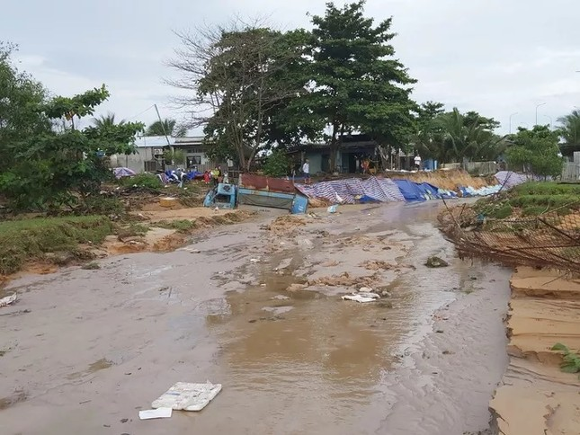 Nước 'lũ' rút, ô tô bị cuốn trôi, nhiều nhà dân ở Phú Quốc tan hoang ảnh 8