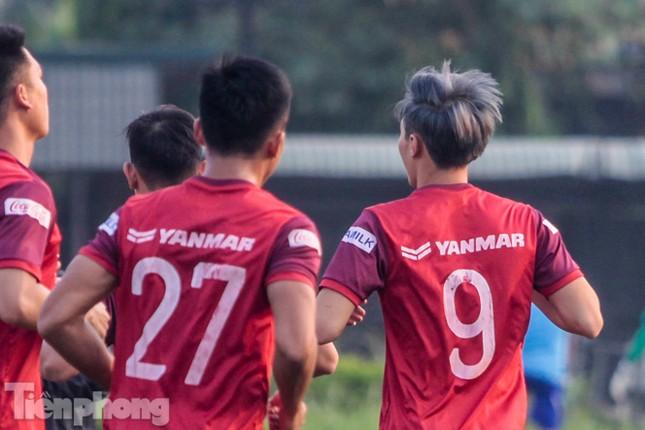 Nhuộm tóc xanh khói, Văn Toàn nổi bần bật ở tuyển Việt Nam ảnh 3