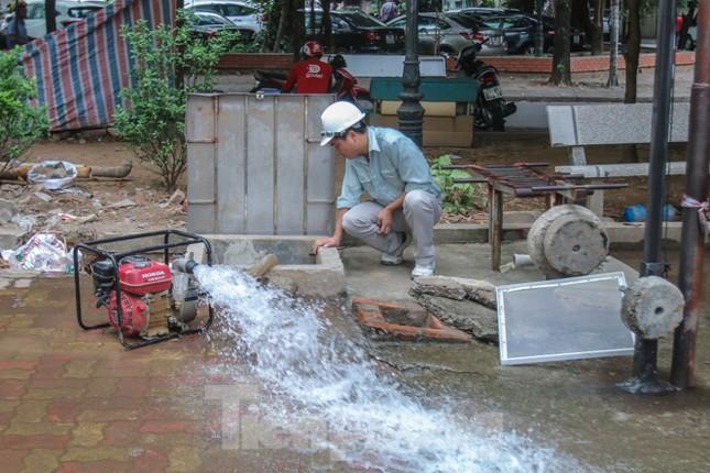 Chung cư Hà Nội súc xả bể nước sau sự cố nhiễm bẩn ảnh 1