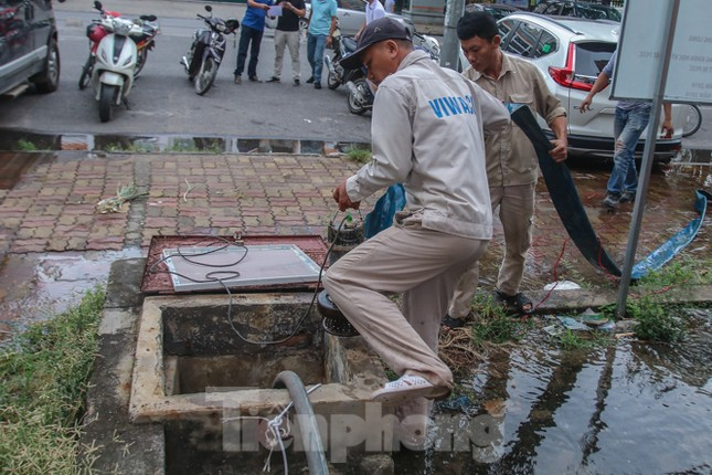 Chung cư Hà Nội súc xả bể nước sau sự cố nhiễm bẩn ảnh 3