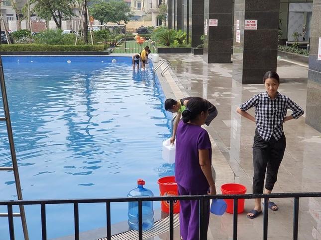 Thiếu nước sông Đà, dân chung cư Hà Nội ra bể bơi giặt giũ ảnh 1