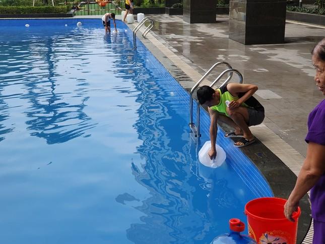 Thiếu nước sông Đà, dân chung cư Hà Nội ra bể bơi giặt giũ ảnh 2