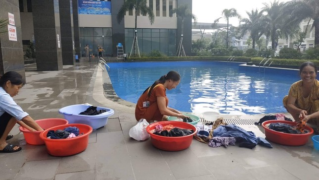 Thiếu nước sông Đà, dân chung cư Hà Nội ra bể bơi giặt giũ ảnh 3