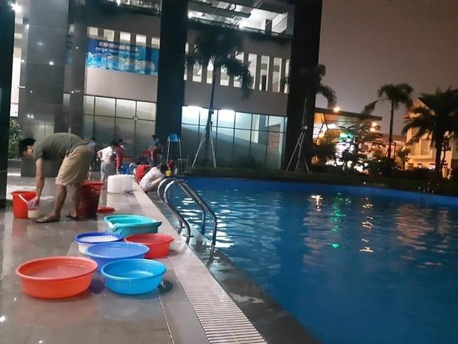 Thiếu nước sông Đà, dân chung cư Hà Nội ra bể bơi giặt giũ ảnh 4