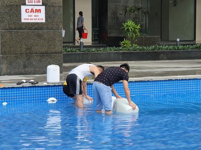Thiếu nước sông Đà, dân chung cư Hà Nội ra bể bơi giặt giũ ảnh 5