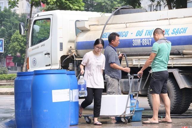 Thiếu nước sông Đà, dân chung cư Hà Nội ra bể bơi giặt giũ ảnh 6