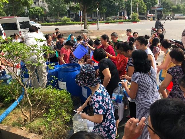 Thiếu nước sông Đà, dân chung cư Hà Nội ra bể bơi giặt giũ ảnh 7