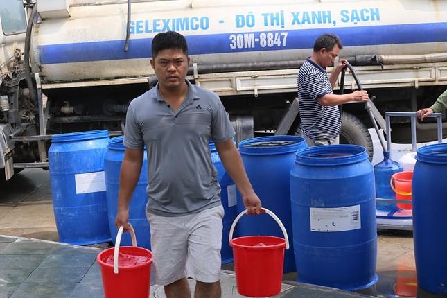 Thiếu nước sông Đà, dân chung cư Hà Nội ra bể bơi giặt giũ ảnh 8