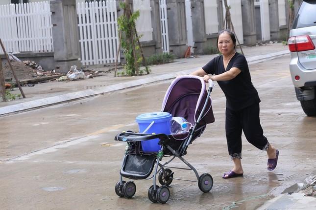 Thiếu nước sông Đà, dân chung cư Hà Nội ra bể bơi giặt giũ ảnh 9