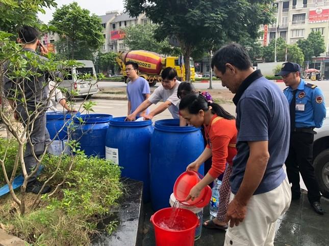 Thiếu nước sông Đà, dân chung cư Hà Nội ra bể bơi giặt giũ ảnh 10