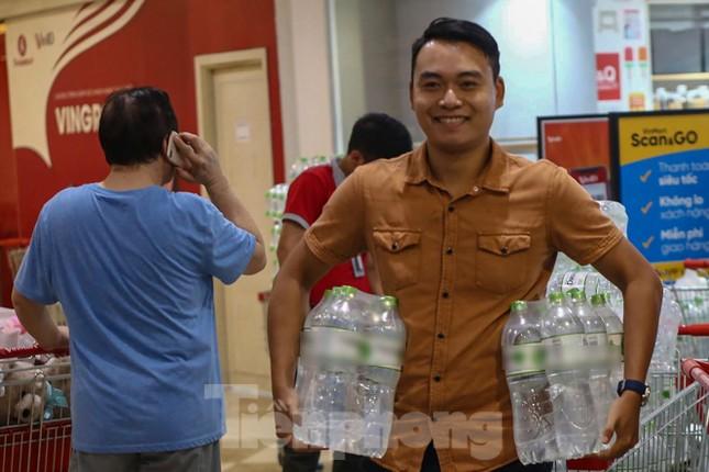 Người dân Hà Nội đổ xô mua nước đóng chai giữa cơn khủng hoảng ảnh 10