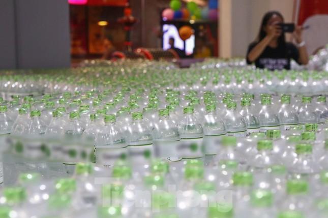 Người dân Hà Nội đổ xô mua nước đóng chai giữa cơn khủng hoảng ảnh 11