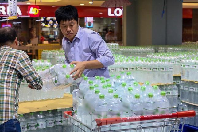 Người dân Hà Nội đổ xô mua nước đóng chai giữa cơn khủng hoảng ảnh 12