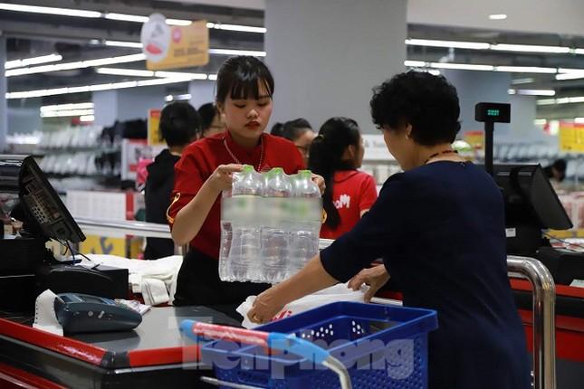 Người dân Hà Nội đổ xô mua nước đóng chai giữa cơn khủng hoảng ảnh 13