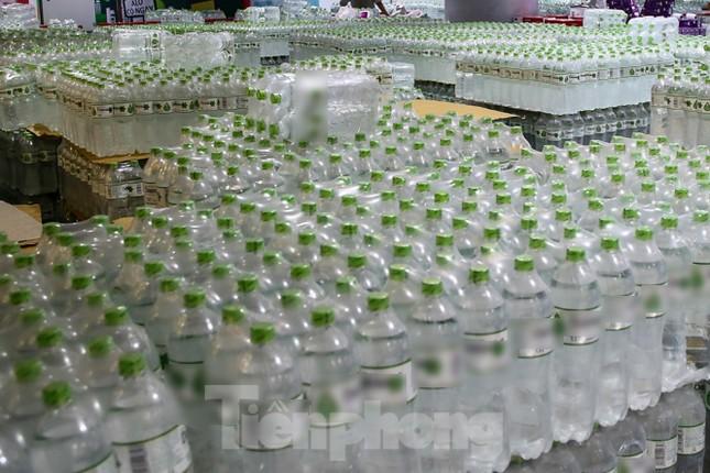 Người dân Hà Nội đổ xô mua nước đóng chai giữa cơn khủng hoảng ảnh 1