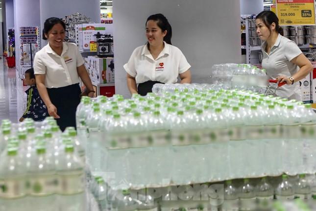 Người dân Hà Nội đổ xô mua nước đóng chai giữa cơn khủng hoảng ảnh 2