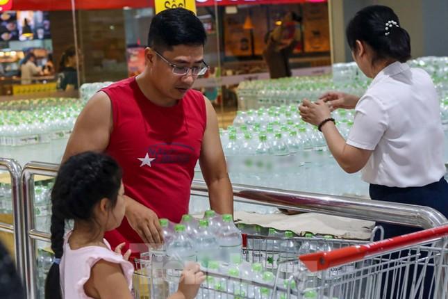 Người dân Hà Nội đổ xô mua nước đóng chai giữa cơn khủng hoảng ảnh 3