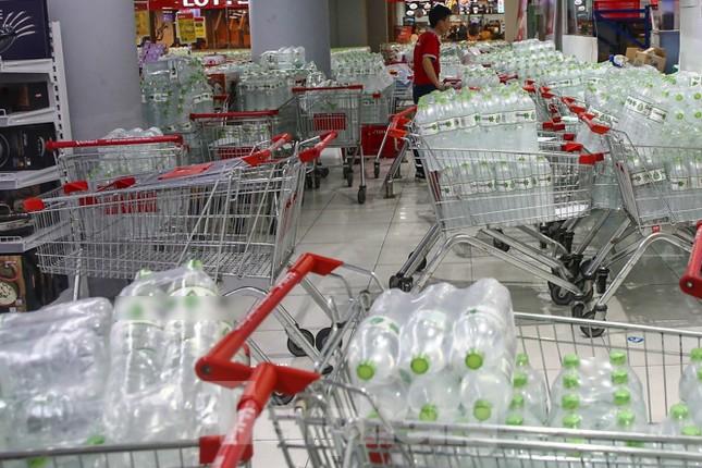 Người dân Hà Nội đổ xô mua nước đóng chai giữa cơn khủng hoảng ảnh 4