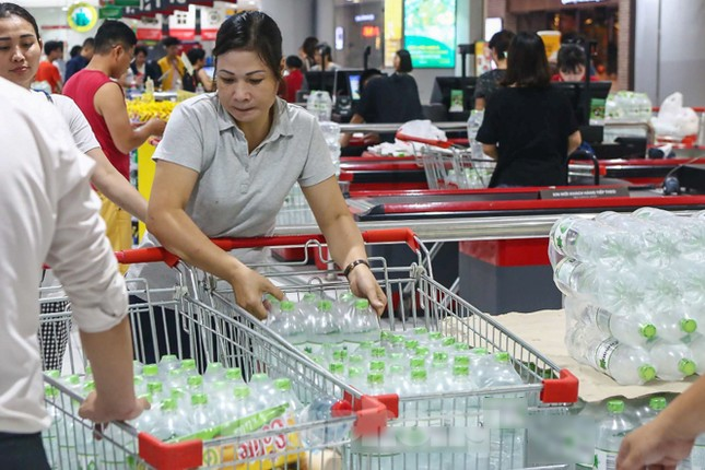 Người dân Hà Nội đổ xô mua nước đóng chai giữa cơn khủng hoảng ảnh 5