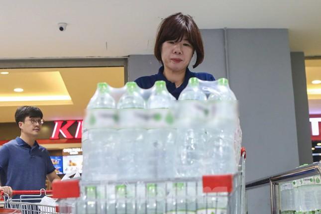 Người dân Hà Nội đổ xô mua nước đóng chai giữa cơn khủng hoảng ảnh 6