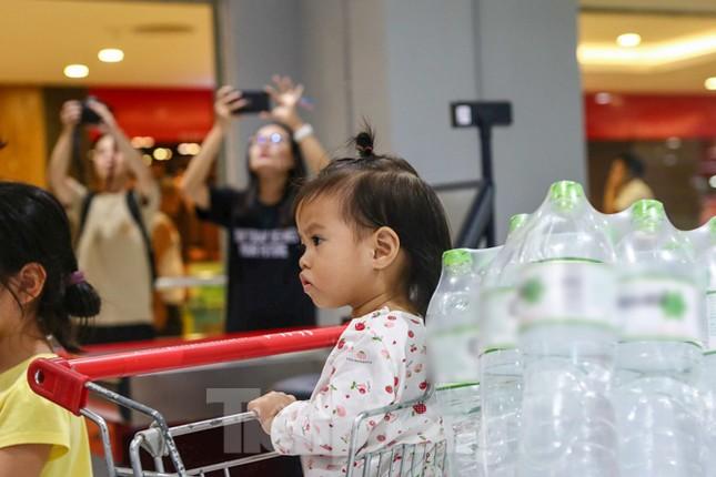 Người dân Hà Nội đổ xô mua nước đóng chai giữa cơn khủng hoảng ảnh 7