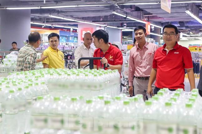 Người dân Hà Nội đổ xô mua nước đóng chai giữa cơn khủng hoảng ảnh 8