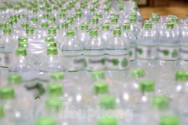 Người dân Hà Nội đổ xô mua nước đóng chai giữa cơn khủng hoảng ảnh 9