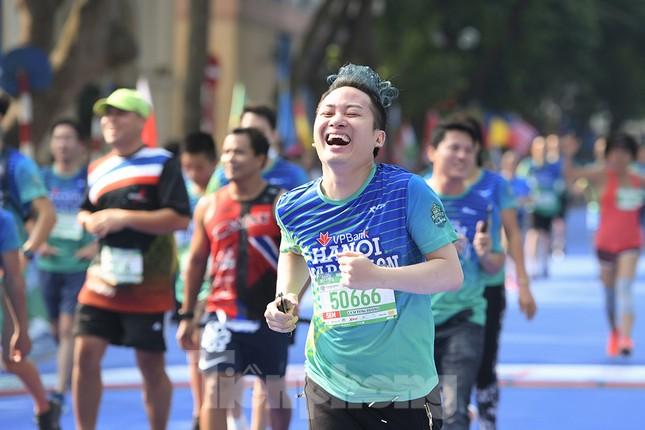 Dàn nghệ sĩ nổi tiếng Việt Nam thi chạy VPBank Hanoi Marathon ở Hồ Gươm ảnh 1