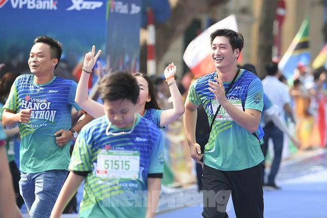 Dàn nghệ sĩ nổi tiếng Việt Nam thi chạy VPBank Hanoi Marathon ở Hồ Gươm ảnh 3