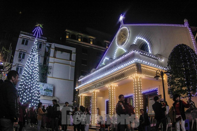 Giáo xứ Thái Hà thắp nến, cầu nguyện trong đêm Giáng sinh ảnh 12