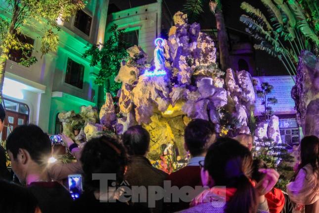 Giáo xứ Thái Hà thắp nến, cầu nguyện trong đêm Giáng sinh ảnh 2