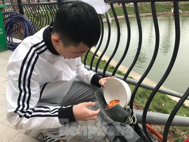Dân chung cư Hà Nội cho cá chép 'đi cầu trượt' tiễn ông Táo ảnh 6