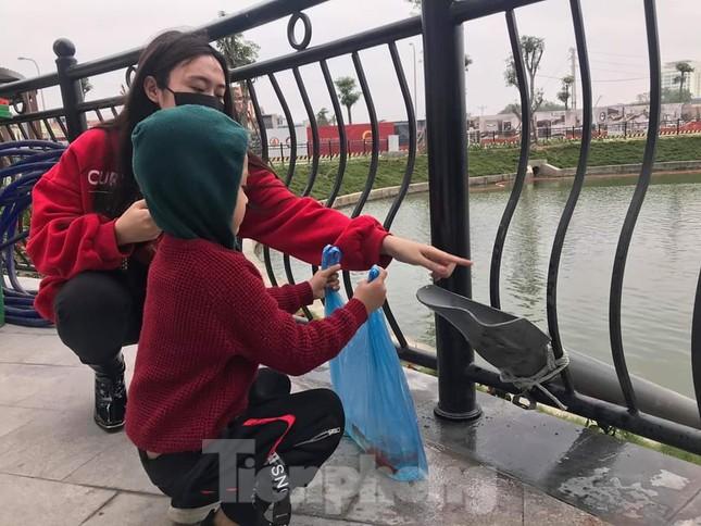 Dân chung cư Hà Nội cho cá chép 'đi cầu trượt' tiễn ông Táo ảnh 7