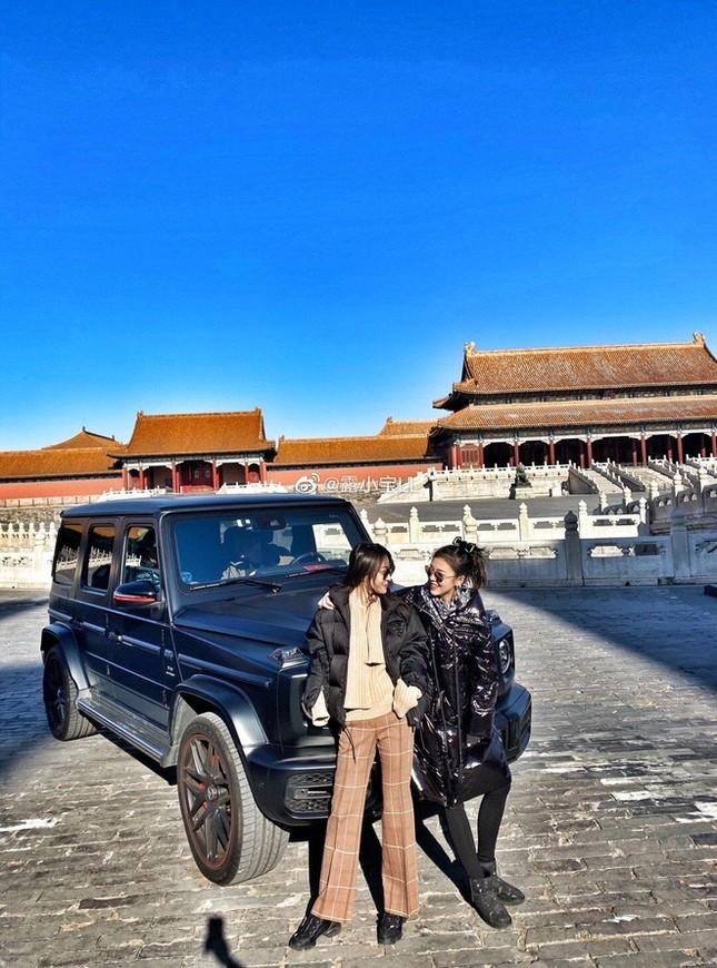Người mẫu Trung Quốc bị tẩy chay vì lái Mercedes vào Tử Cấm Thành ảnh 1