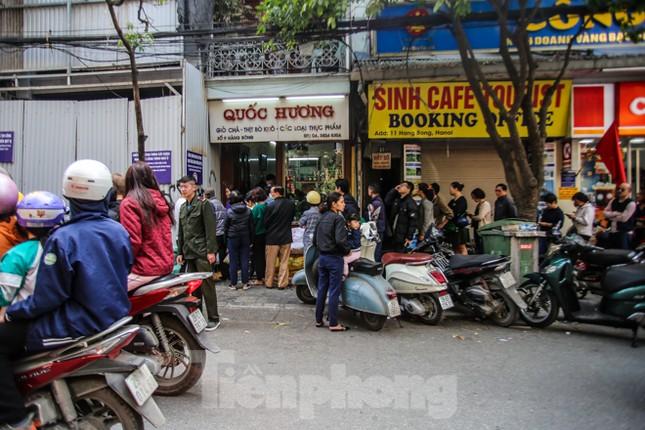 'Rồng rắn' xếp hàng mua giò, chả trên phố cổ ảnh 1
